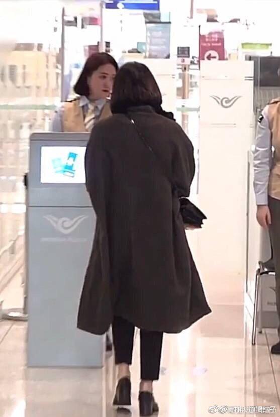 """Song Hye Kyo không đeo nhẫn cưới, """"hack dáng"""" với đôi giày đế thô dày cộp khi ra sân bay - Ảnh 8."""