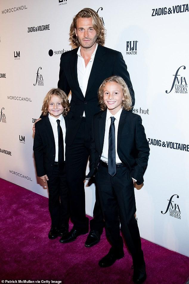 Cuộc sống phủ đầy hàng hiệu, chỉ toàn gặp người nổi tiếng của Hoàng tử nhí làng thời trang, con trai cưng của huyền thoại Chanel Karl Lagerfeld - Ảnh 3.