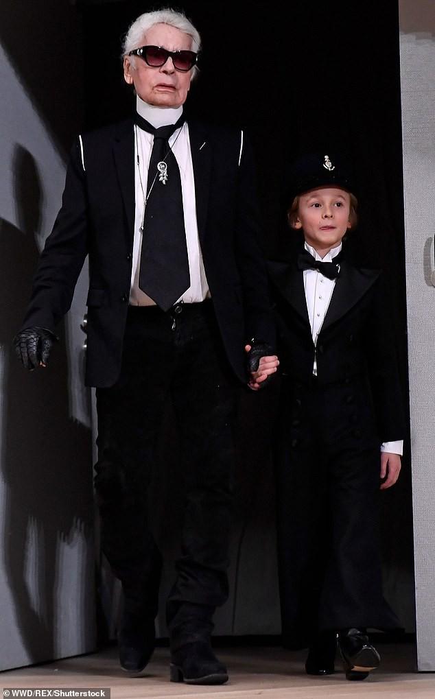 Cuộc sống phủ đầy hàng hiệu, chỉ toàn gặp người nổi tiếng của Hoàng tử nhí làng thời trang, con trai cưng của huyền thoại Chanel Karl Lagerfeld - Ảnh 1.