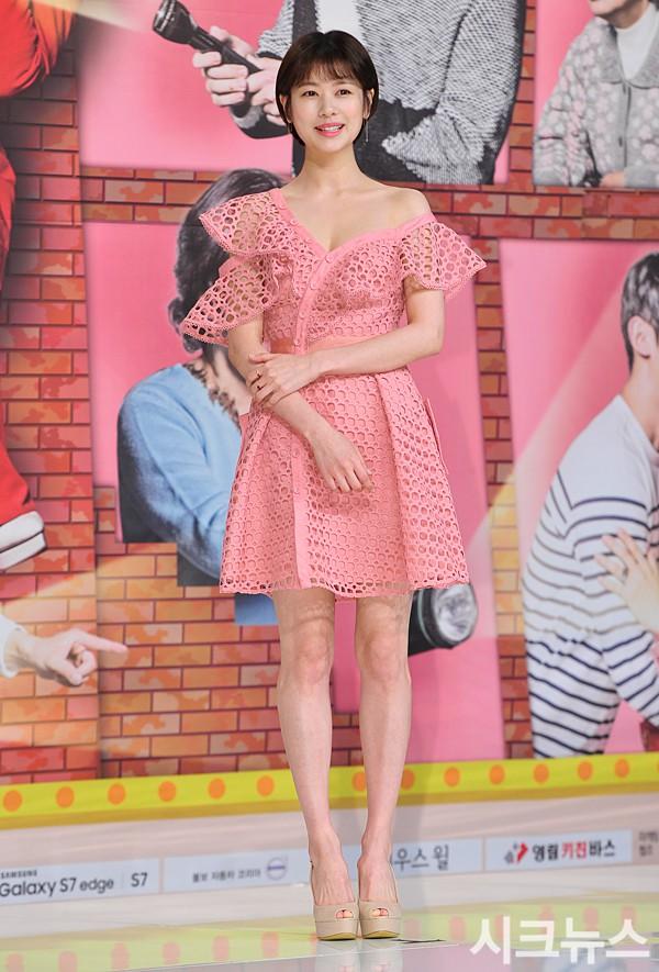 """""""Mẹ đơn thân"""" Trà Ngọc Hằng sến súa, rườm rà khi đụng lại váy điệu… 2 năm trước với Jessica Jung và cả loạt mỹ nhân - Ảnh 4."""