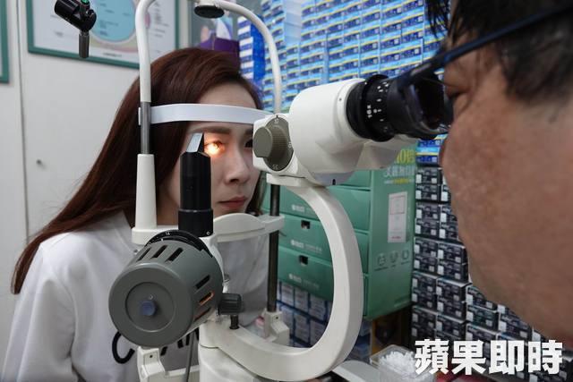 Cô gái trẻ 25 tuổi vô tình làm hỏng đôi mắt của mình trong 2 năm vì nhìn điện thoại kiểu này - Ảnh 4.