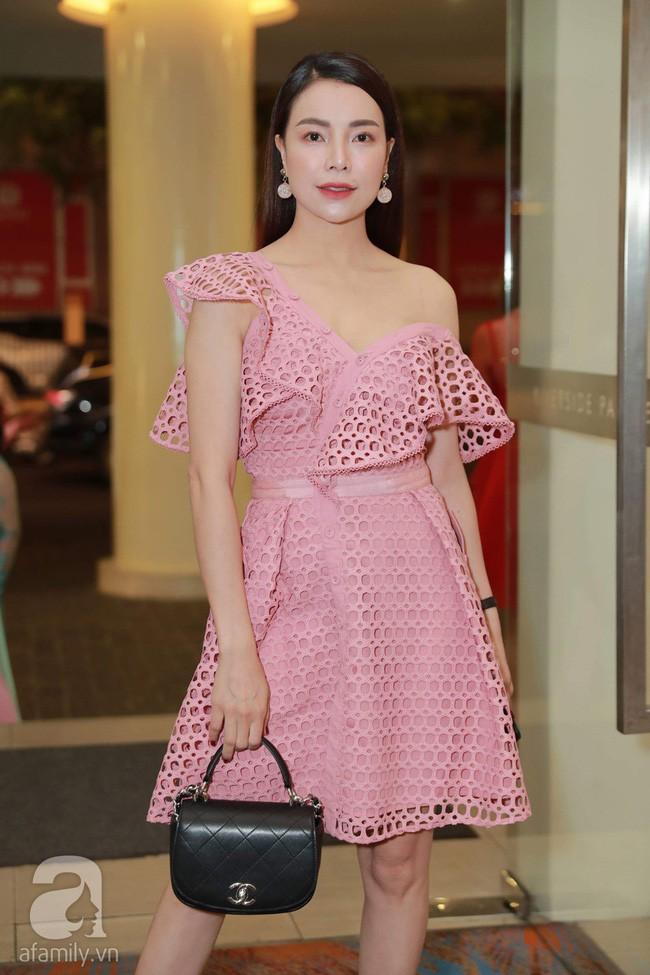 """""""Mẹ đơn thân"""" Trà Ngọc Hằng sến súa, rườm rà khi đụng lại váy điệu… 2 năm trước với Jessica Jung và cả loạt mỹ nhân - Ảnh 1."""