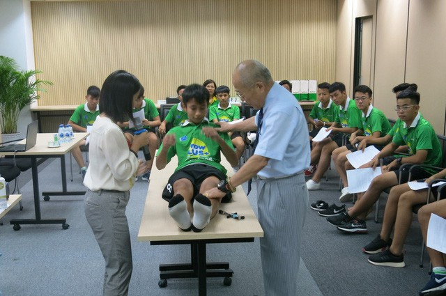 Bác sĩ Nhật hướng dẫn trị liệu chấn thương cho học viện bóng đá NutiFood JMG - Ảnh 2.