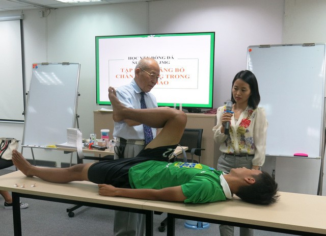 Bác sĩ Nhật hướng dẫn trị liệu chấn thương cho học viện bóng đá NutiFood JMG - Ảnh 3.