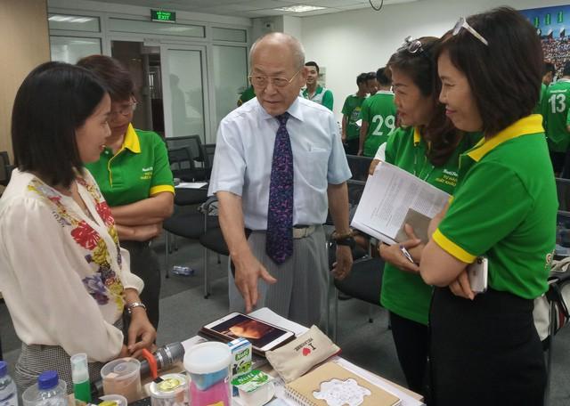Bác sĩ Nhật hướng dẫn trị liệu chấn thương cho học viện bóng đá NutiFood JMG - Ảnh 4.