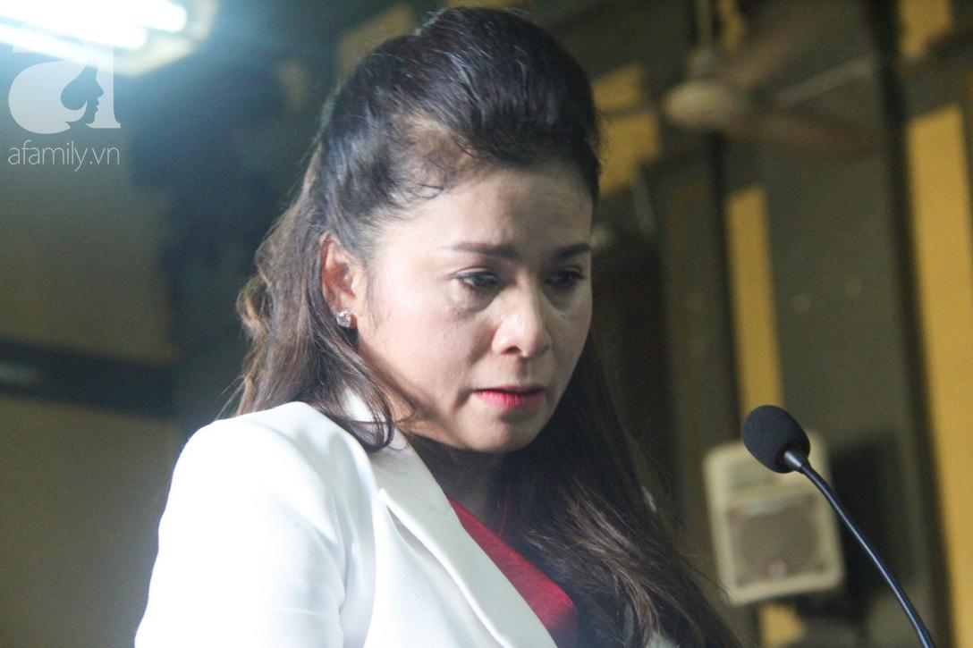 ẢNH: Cảm xúc trái ngược của bà Lê Hoàng Diệp Thảo và chồng trong suốt 2 ngày diễn ra phiên xử ly hôn, phân chia tài sản - Ảnh 7.