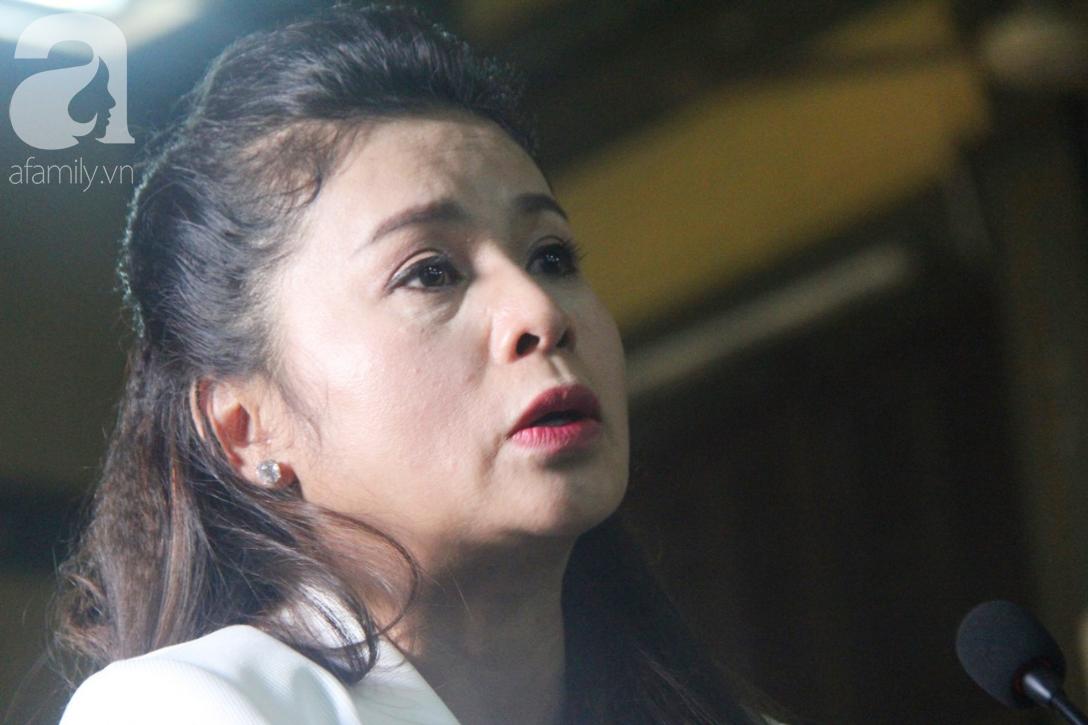 ẢNH: Cảm xúc trái ngược của bà Lê Hoàng Diệp Thảo và chồng trong suốt 2 ngày diễn ra phiên xử ly hôn, phân chia tài sản - Ảnh 8.