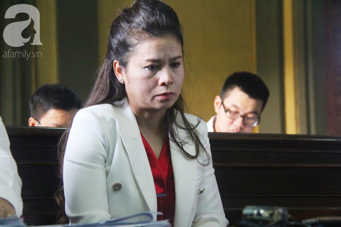 ẢNH: Cảm xúc trái ngược của bà Lê Hoàng Diệp Thảo và chồng trong suốt 2 ngày diễn ra phiên xử ly hôn, phân chia tài sản - Ảnh 17.
