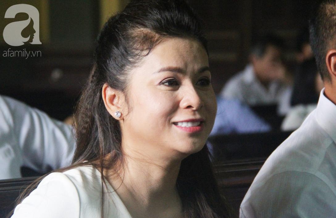 ẢNH: Cảm xúc trái ngược của bà Lê Hoàng Diệp Thảo và chồng trong suốt 2 ngày diễn ra phiên xử ly hôn, phân chia tài sản - Ảnh 3.