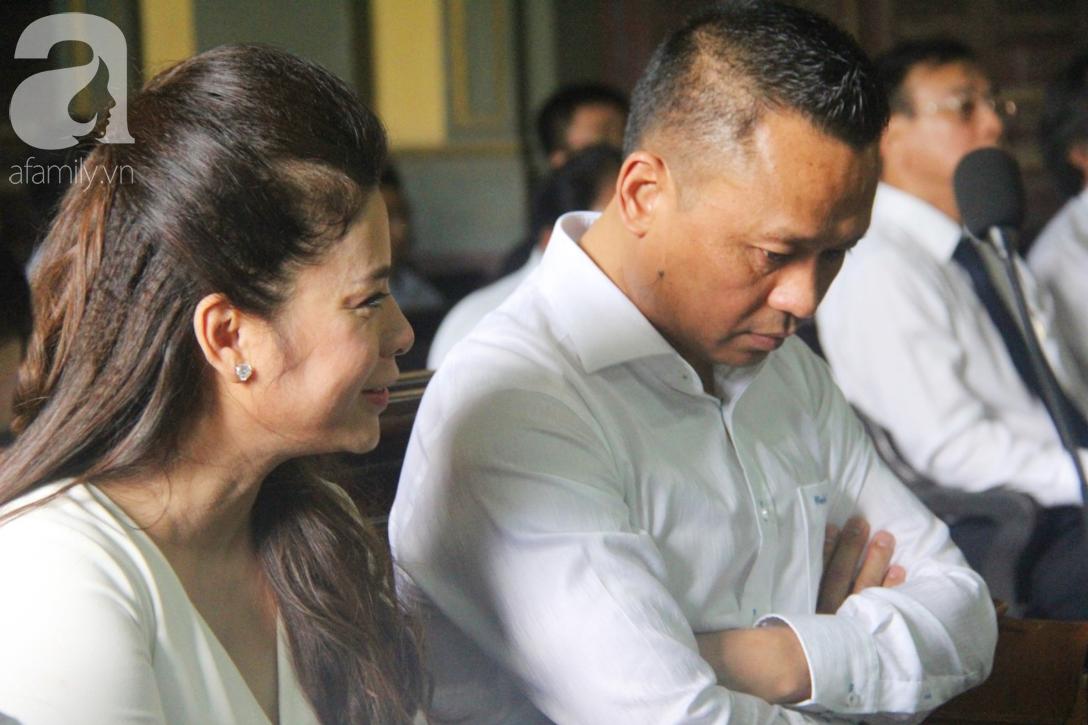 ẢNH: Cảm xúc trái ngược của bà Lê Hoàng Diệp Thảo và chồng trong suốt 2 ngày diễn ra phiên xử ly hôn, phân chia tài sản - Ảnh 4.