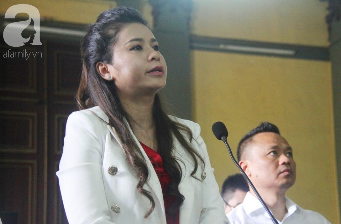 ẢNH: Cảm xúc trái ngược của bà Lê Hoàng Diệp Thảo và chồng trong suốt 2 ngày diễn ra phiên xử ly hôn, phân chia tài sản - Ảnh 1.