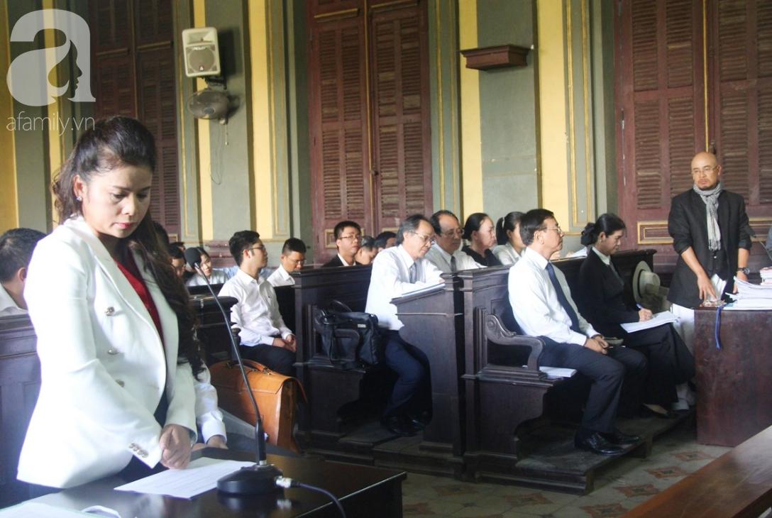 ẢNH: Cảm xúc trái ngược của bà Lê Hoàng Diệp Thảo và chồng trong suốt 2 ngày diễn ra phiên xử ly hôn, phân chia tài sản - Ảnh 13.