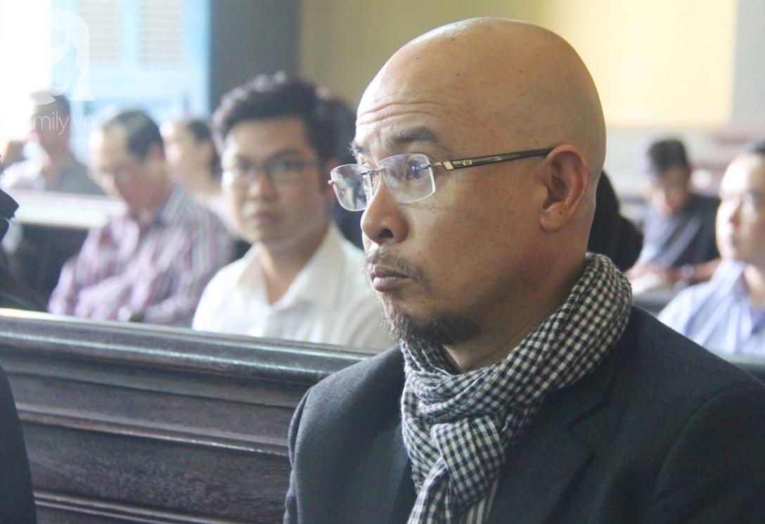 ẢNH: Cảm xúc trái ngược của bà Lê Hoàng Diệp Thảo và chồng trong suốt 2 ngày diễn ra phiên xử ly hôn, phân chia tài sản - Ảnh 2.