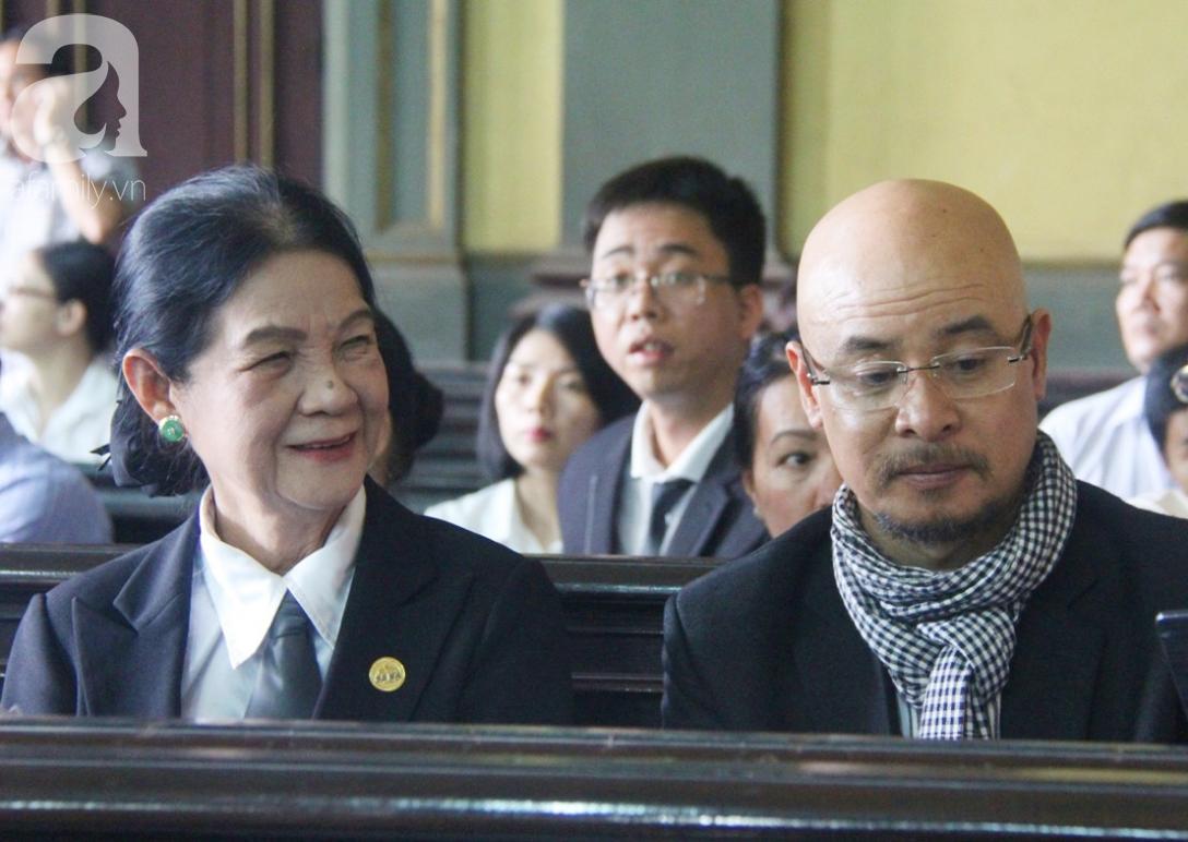 ẢNH: Cảm xúc trái ngược của bà Lê Hoàng Diệp Thảo và chồng trong suốt 2 ngày diễn ra phiên xử ly hôn, phân chia tài sản - Ảnh 6.