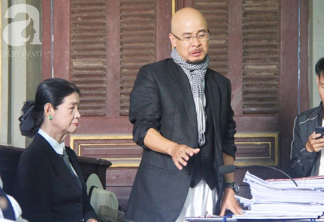 ẢNH: Cảm xúc trái ngược của bà Lê Hoàng Diệp Thảo và chồng trong suốt 2 ngày diễn ra phiên xử ly hôn, phân chia tài sản - Ảnh 12.