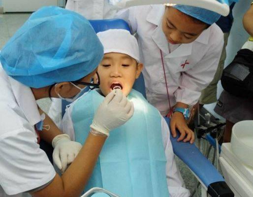 Bạn chọc con trai 4 tuổi bị câm, mẹ đưa đến bệnh viện thì phát hiện bất thường trên lưỡi, nhưng bác sĩ lại chỉ ra nguyên nhân khác - Ảnh 2.
