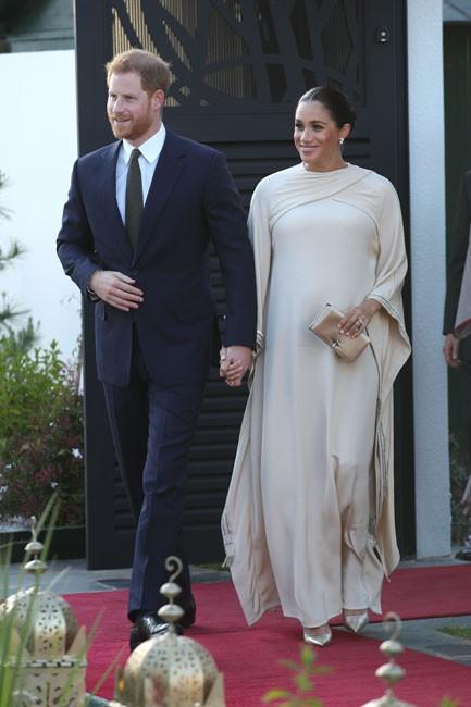 Meghan Markle bị tố bắt chước Kate Middleton nhưng lại nhận cái kết đắng với hình ảnh kém duyên - Ảnh 1.
