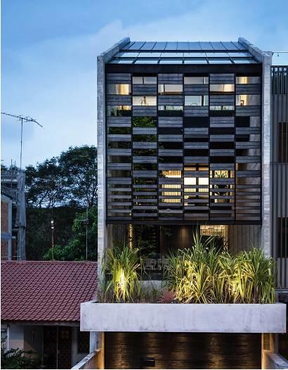 Ngôi nhà có mặt tiền lọc ánh sáng và không khí, tạo môi trường trong lành, sạch sẽ cho người sống trong nhà - Ảnh 1.