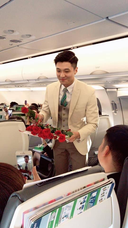 Nam tiếp viên hàng không đẹp trai như nam thần bất ngờ nổi tiếng sau bức ảnh bị hành khách chụp lén trên máy bay - Ảnh 1.
