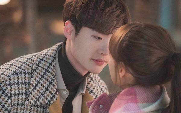 Nụ hôn cách biệt tuổi tác giữa Lee Jong Suk và Lee Na Young trong Phụ lục tình yêu bất ngờ gây tranh cãi - Ảnh 6.