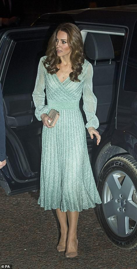 Có nhược điểm vóc dáng nhưng lần này Công nương Kate Middleton lại ghi điểm xuất sắc khi diện đẹp mẫu đầm gợi cảm - Ảnh 2.