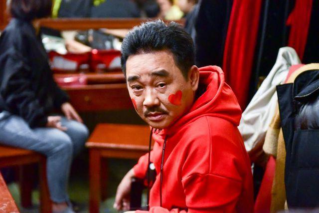 Anh Hoàng, chị Đẩu năm nay tự nhiên chơi trội, mặc hẳn áo hoodie và sneaker hầm hố - Ảnh 3.