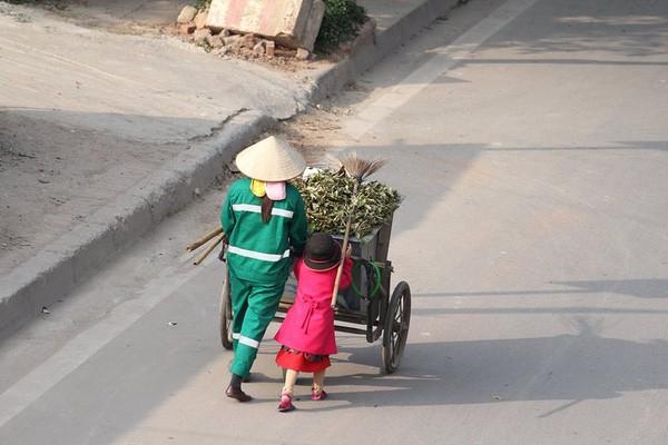 Cô bé giúp mẹ là công nhân vệ sinh đẩy xe rác ngày mùng 2 Tết khiến MXH ấm lòng và sự thật đằng sau - Ảnh 5.