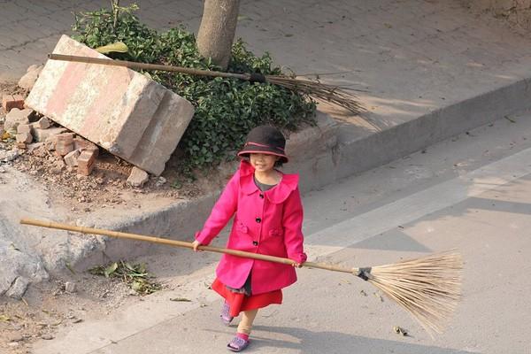 Cô bé giúp mẹ là công nhân vệ sinh đẩy xe rác ngày mùng 2 Tết khiến MXH ấm lòng và sự thật đằng sau - Ảnh 4.