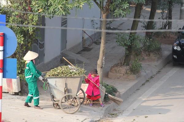 Cô bé giúp mẹ là công nhân vệ sinh đẩy xe rác ngày mùng 2 Tết khiến MXH ấm lòng và sự thật đằng sau - Ảnh 3.