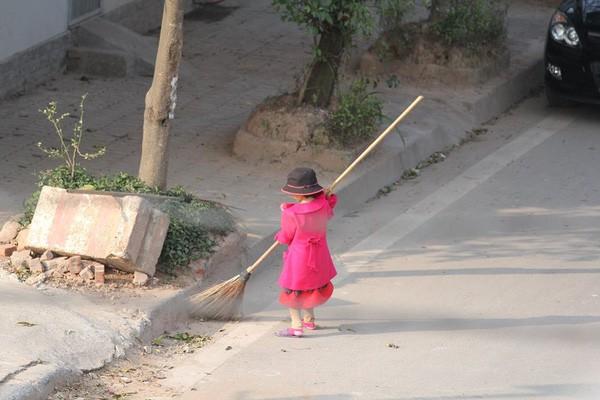 Cô bé giúp mẹ là công nhân vệ sinh đẩy xe rác ngày mùng 2 Tết khiến MXH ấm lòng và sự thật đằng sau - Ảnh 2.