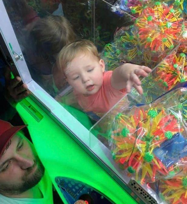 Bất chấp tất cả để chui vào máy gắp trò chơi, cậu bé 2 tuổi này nhận kết quả không thể nào đắng hơn được - Ảnh 3.