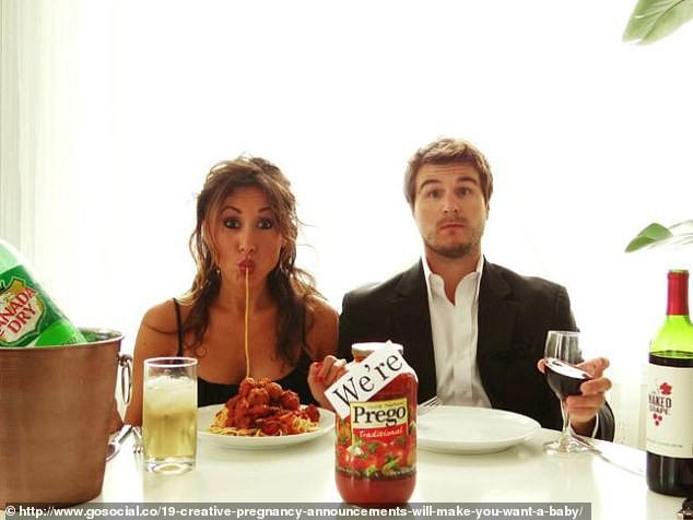 Cười vỡ bụng với những bức ảnh thông báo tin vui siêu lầy lội không đỡ được của các cặp đôi trên thế giới - Ảnh 8.