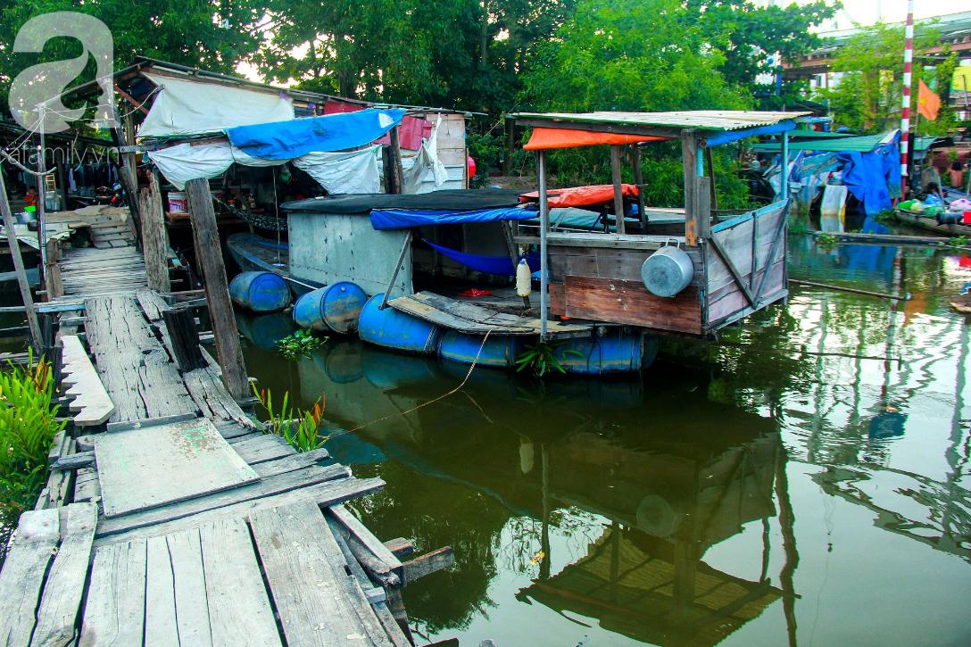 Giấc mơ gần nửa thế kỉ của xóm chài nghèo giữa Sài Gòn: Muốn lên bờ sống nốt những ngày tháng cuối đời - Ảnh 1.