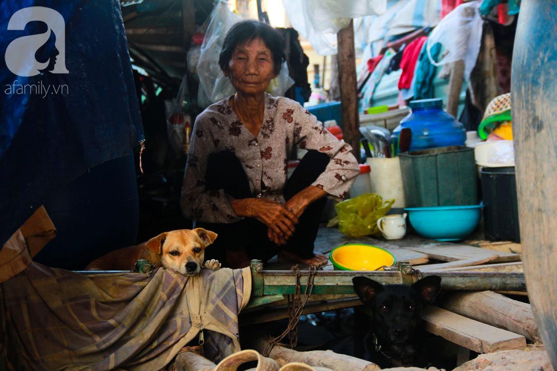 Giấc mơ gần nửa thế kỉ của xóm chài nghèo giữa Sài Gòn: Muốn lên bờ sống nốt những ngày tháng cuối đời - Ảnh 2.