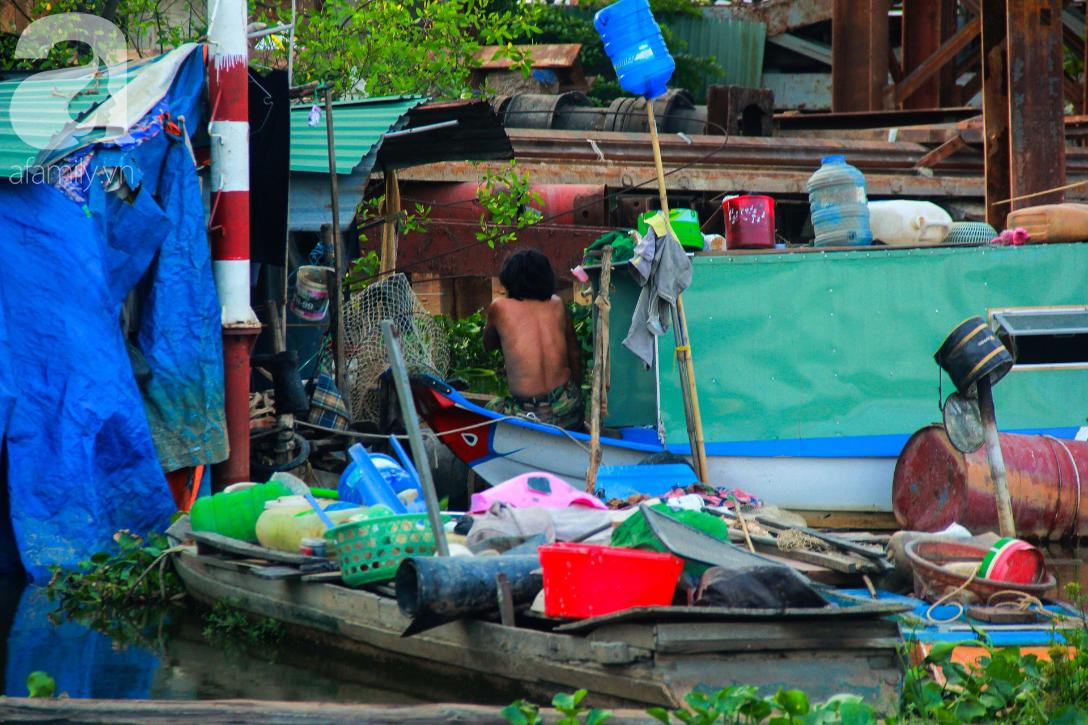 Giấc mơ gần nửa thế kỉ của xóm chài nghèo giữa Sài Gòn: Muốn lên bờ sống nốt những ngày tháng cuối đời - Ảnh 9.