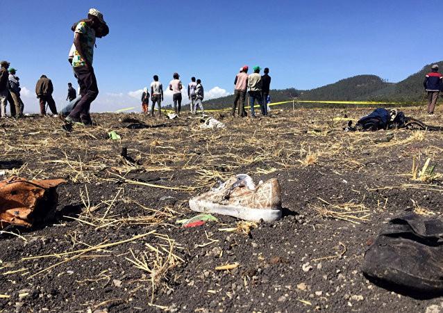 Vụ máy bay Ethiopia rơi: Hiện trường thảm khốc thi thể nạn nhân nằm la liệt, người thân hành khách gục ngã khi nghe tin dữ - Ảnh 2.
