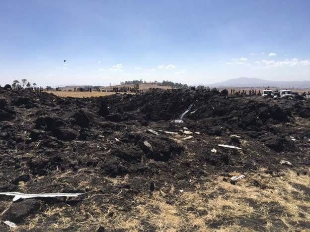 Vụ máy bay Ethiopia rơi: Hiện trường thảm khốc thi thể nạn nhân nằm la liệt, người thân hành khách gục ngã khi nghe tin dữ - Ảnh 4.