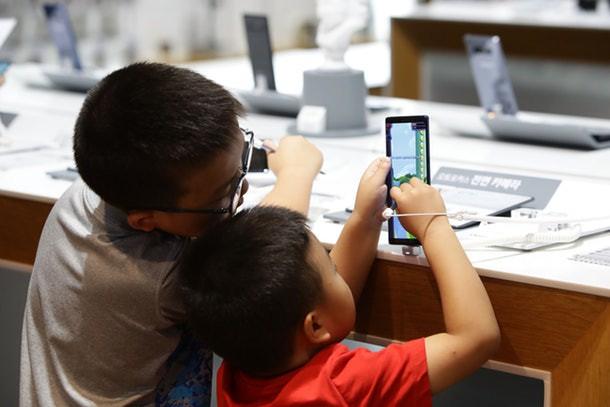 Thêm một nghiên cứu phát hiện tác hại của việc nhìn màn hình điện tử quá nhiều có thể khiến trẻ chậm phát triển - Ảnh 1.