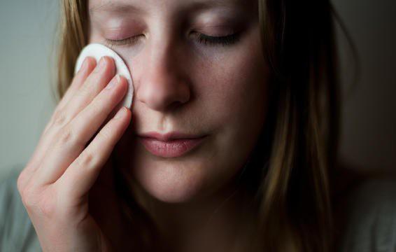 7 cách rửa mặt sai gây hại da - Ảnh 6.