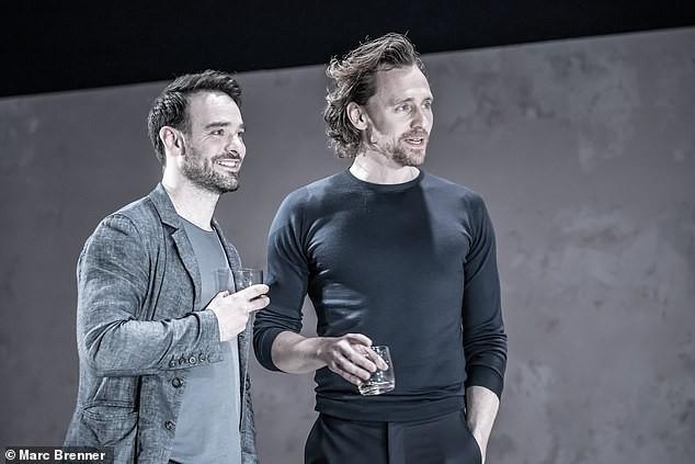 """Sốc với hình ảnh tàn tạ, già nua không thể ngờ của """"Loki"""" Tom Hiddleston trong sự kiện - Ảnh 2."""