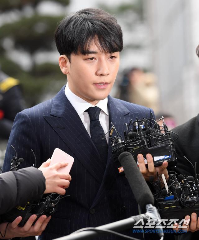 Seungri trình diện tại sở cảnh sát, dư luận mỉa mai: Sao trông vẫn béo tốt thế nhỉ? - Ảnh 10.