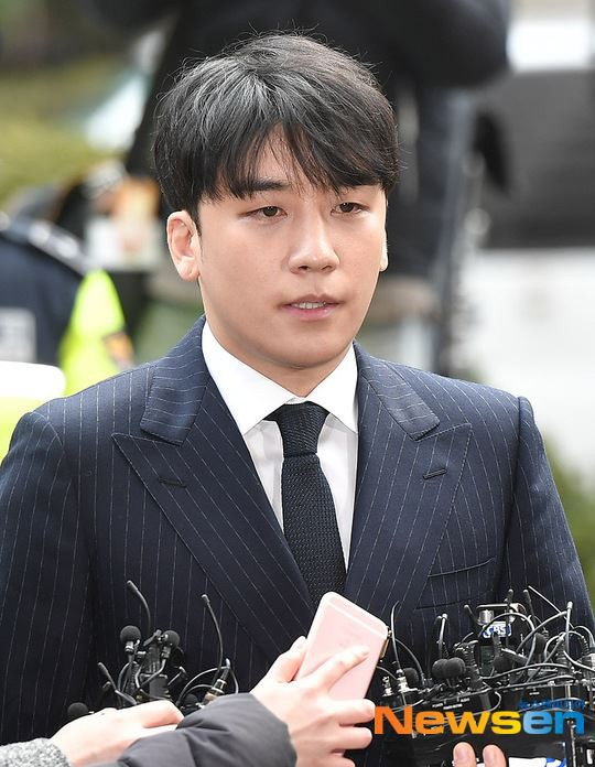 Seungri trình diện tại sở cảnh sát, dư luận mỉa mai: Sao trông vẫn béo tốt thế nhỉ? - Ảnh 13.