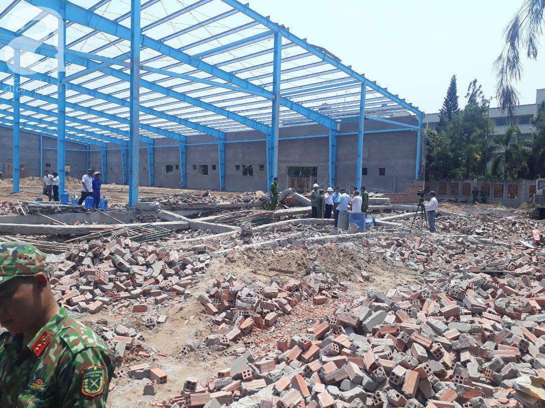 Hiện trường vụ sập bức tường rộng 400m2, 6 người chết, nhiều người bị vùi lấp trong gạch đá - Ảnh 1.