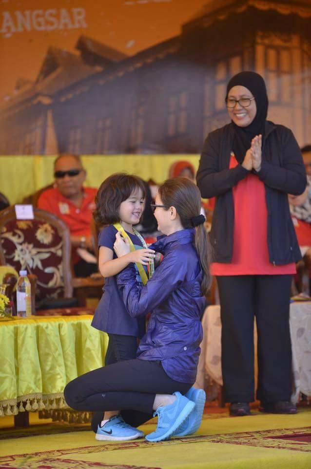 Hé lộ chân dung tiểu công chúa Malaysia đang làm mưa làm gió trên mạng xã hội, không thua kém Charlotte của Hoàng gia Anh - Ảnh 7.