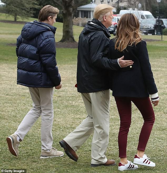 Xuất hiện lạnh lùng, không một nụ cười, quý tử nhà Trump vẫn gây sốt bởi vẻ ngoài hút hồn, nổi trội hơn cả bố mẹ với chiều cao gây choáng - Ảnh 4.