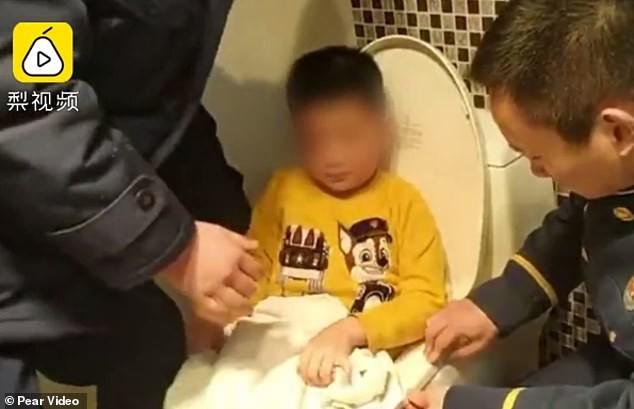 Con trai 6 tuổi gào khóc trong nhà vệ sinh, mẹ hốt hoảng phá cửa và chứng kiến cảnh tượng kinh hoàng, phải cầu cứu cảnh sát - Ảnh 1.
