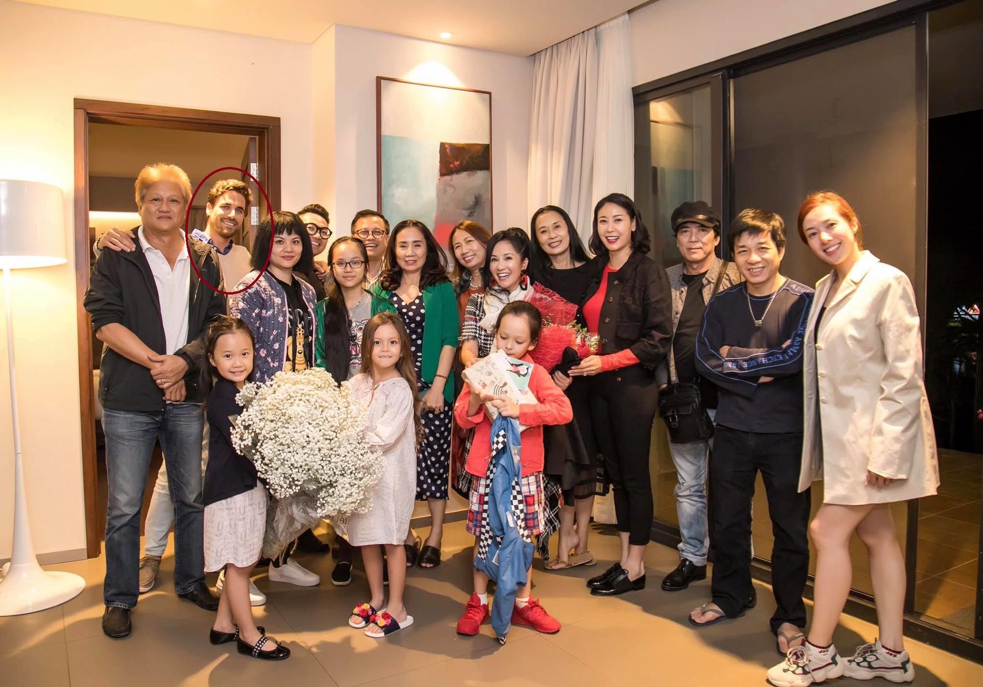 Trong tiệc sinh nhật riêng tư của Hồng Nhung tiếp tục xuất hiện nhân vật đặc biệt này, một lần nữa rộ nghi án diva 49 tuổi có tình mới - Ảnh 3.