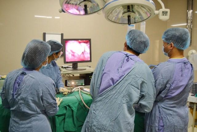 Cắt u buồng trứng vẫn giữ nguyên thai nhi 16 tuần tuổi cho nữ thanh niên - Ảnh 2.