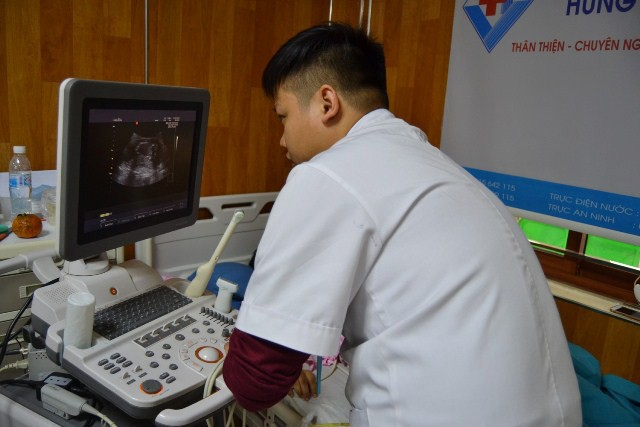 Cắt u buồng trứng vẫn giữ nguyên thai nhi 16 tuần tuổi cho nữ thanh niên - Ảnh 3.