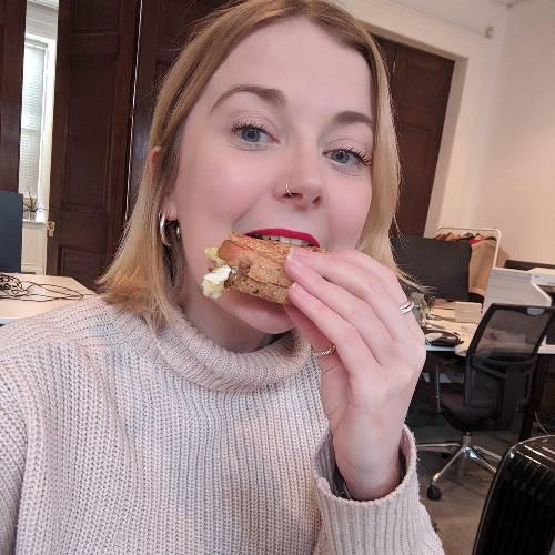 Nàng beauty editor này đã kiểm nghiệm độ bền màu của 7 cây son đỏ đình đám bằng cách ăn bánh mì và đây là cái kết - Ảnh 4.